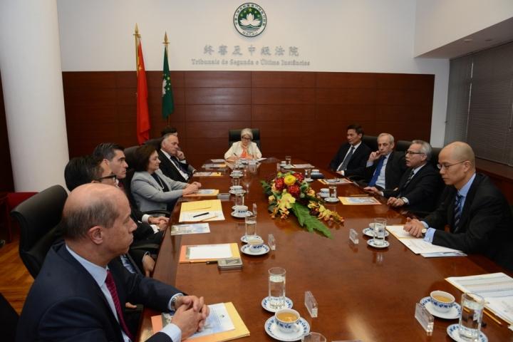 岑浩輝院長向來賓介紹特區回歸後法院系統的完善與發展