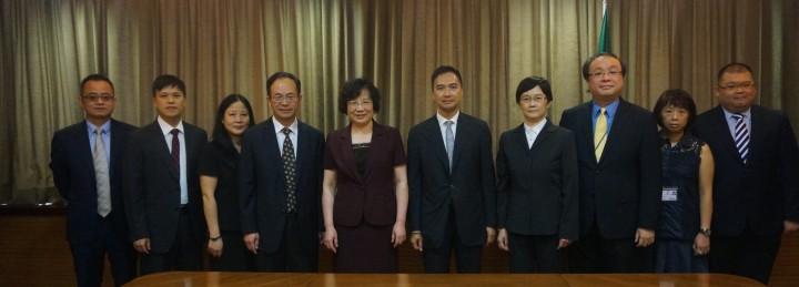 審計長何永安(右五)與廣東省審計廳廳長何麗娟(左五)就政府審計工作交流