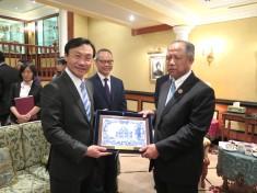 譚俊榮向文萊哈爾比部長致贈紀念品