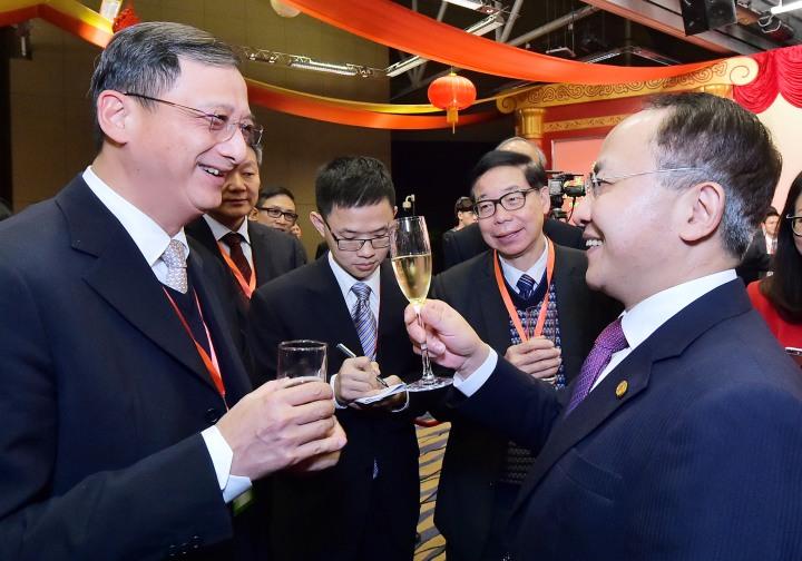 王志民主任(右一)与陈亦立议员(左一)、黎胜朠会长(右二)亲切交谈.jpg