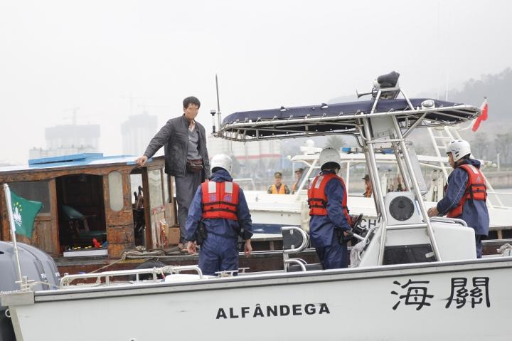 在澳門管理海域及外圍巡查往來船隻