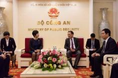 陳海帆司長與越南公安部副部長阮文誠就刑事司法協 助領域的合作交換意見。