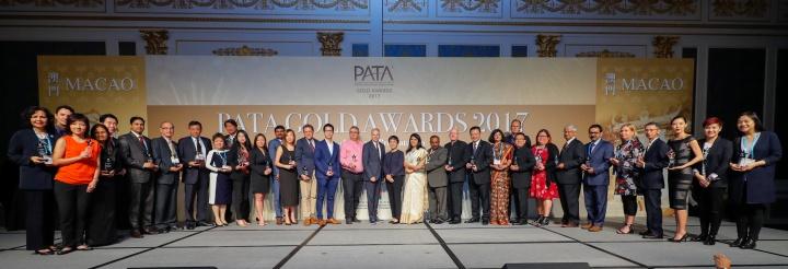 旅遊局局長文綺華及亞太旅遊協會首席執行官馬里奧・哈迪(中)頒獎予本屆金獎及大獎得獎者