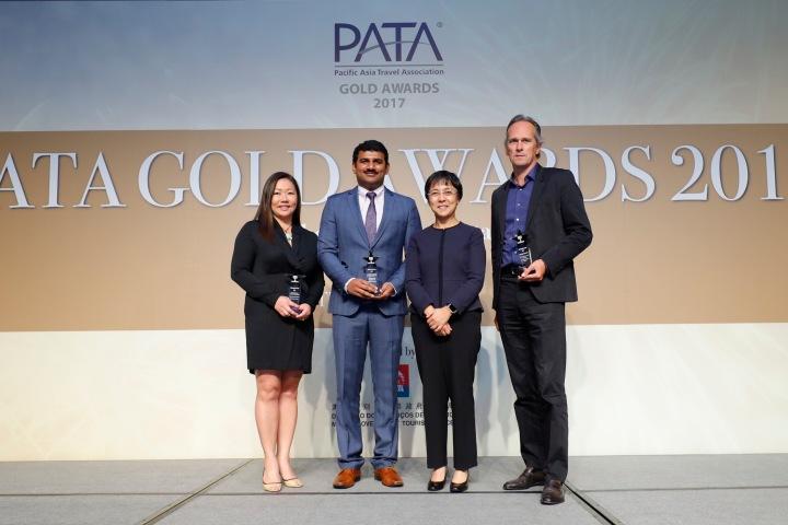 旅遊局局長文綺華與榮獲亞太旅遊協會(PATA)金獎的三位澳門旅遊企業代表,金沙中國(左)、新濠博亞(右)合照
