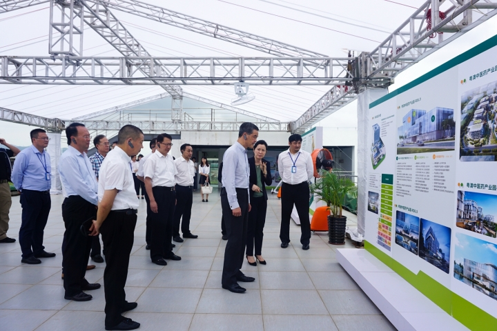 梁振英副主席一行聽取呂紅董事長對産業園建設發展方面的詳細介紹