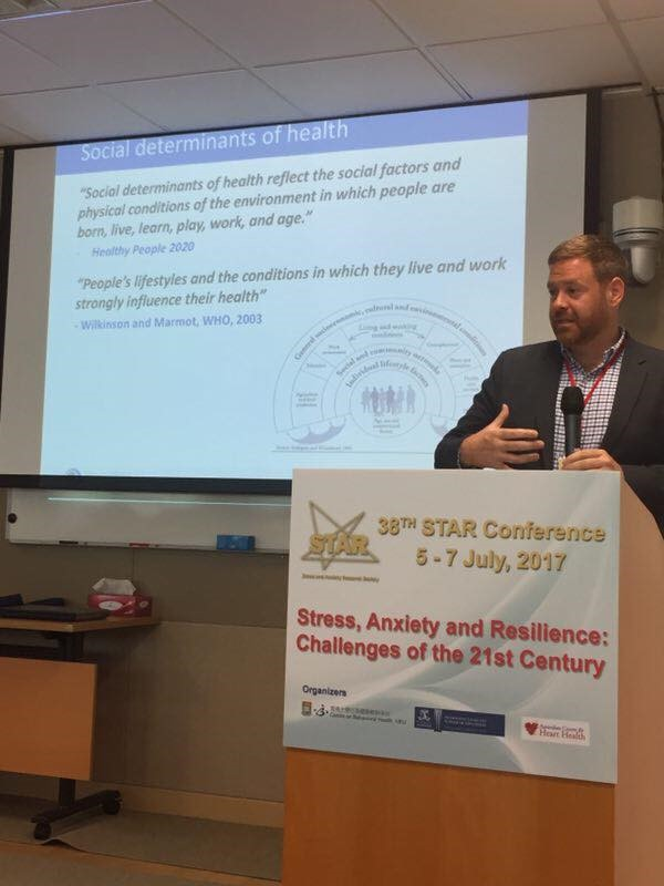 澳大助理教授賀佰恩發表澳門成年人抑鬱調查