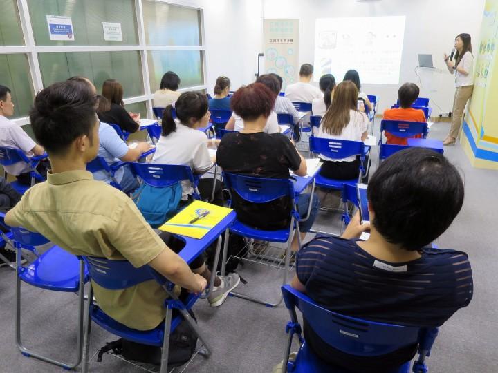 為學童服務者舉辦講座說明善後工作中食品安全與衛生重點