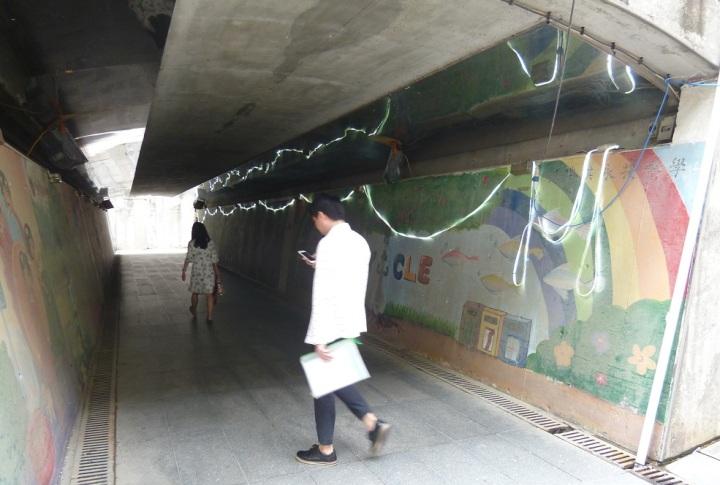 行人隧道內完成清理並加裝臨時照明設施