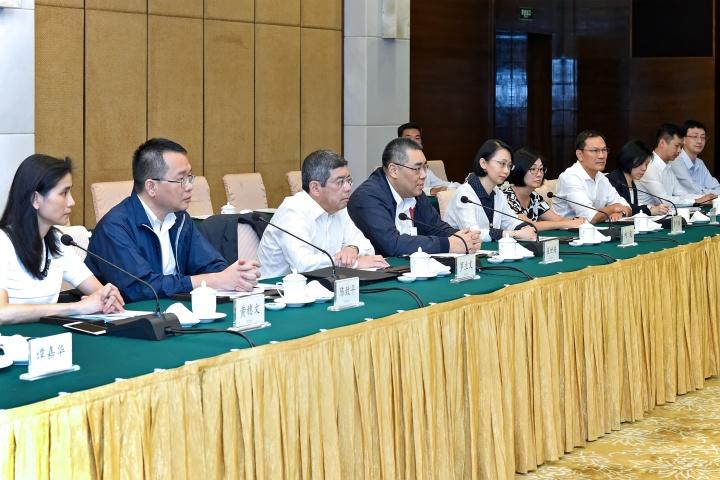 行政長官崔世安率特區政府代表團到廣州,與廣東省方面共商澳門建設擋潮閘的方案。