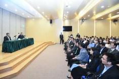行政長官崔世安聽取工務範疇前線人員的意見,感謝他們在風災善後方面作出的貢獻1