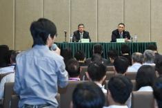 行政長官崔世安聽取工務範疇前線人員的意見,感謝他們在風災善後方面作出的貢獻2