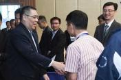 行政長官崔世安與工務範疇前線人員握手1