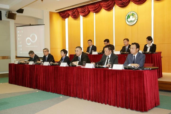 行政長官崔世安與檢討重大災害應變機制暨跟進改善委員會舉行新聞發佈會