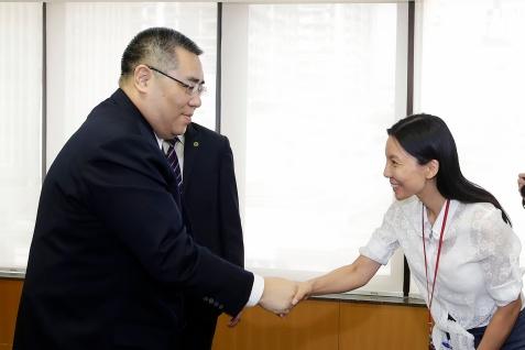 行政長官崔世安與經濟財政範疇工作人員握手1