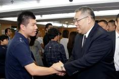 行政長官崔世安與經濟財政範疇工作人員握手2