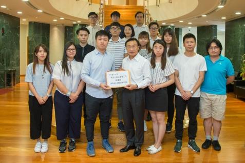 譚俊榮接收學生團體的建議書