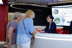 旅遊局屬下的旅客詢問處全天備有紀念品送贈旅客