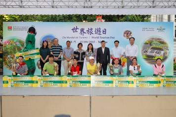 旅遊局領導及嘉賓們與托盤比賽得獎者合照