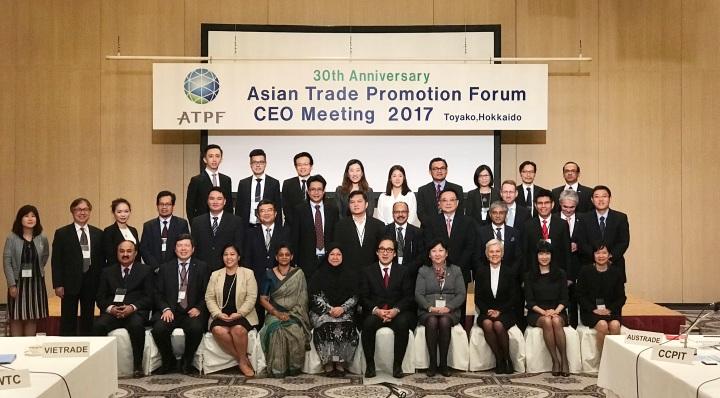 日本貿易振興機構(JETRO)理事長石毛博行與各貿促機構代表合影