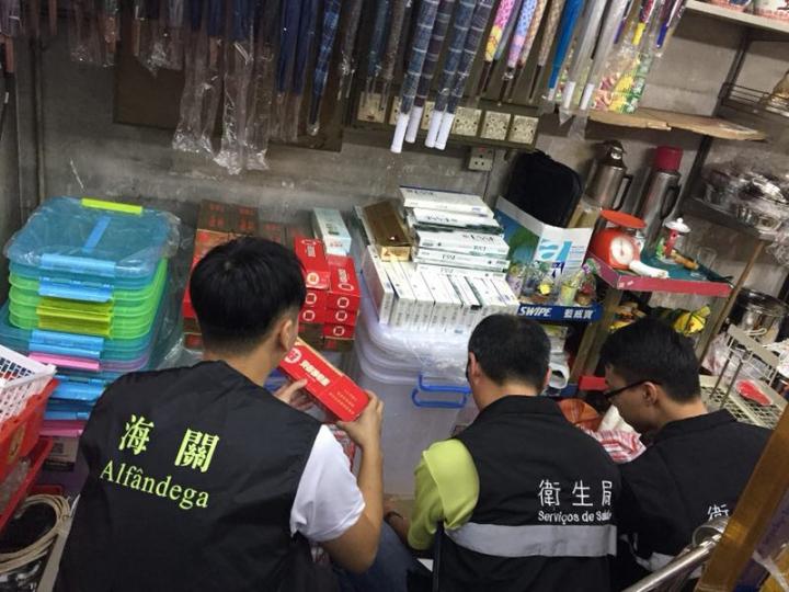 海關與衛生局聯合巡查下環區內店舖