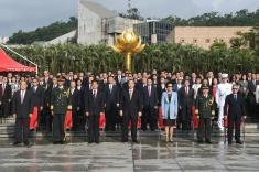 行政長官、特區主要官員、中央駐澳官員、解放軍駐澳部隊軍官及各界人士出席國慶日升旗儀式。