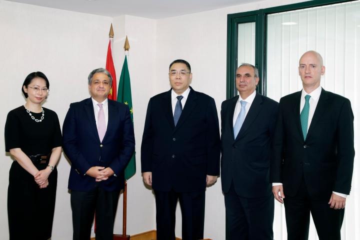 行政長官崔世安會見葡萄牙儲蓄信貸銀行集團主席保羅.馬其頓一行及合影