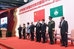 行政長官崔世安等在國慶招待酒會上與嘉賓祝酒