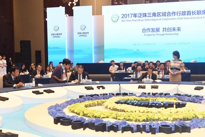 行政長官崔世安與泛珠省區各行政首長共同簽署《2017年泛珠三角區域合作行政首長聯席會議紀要》