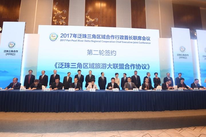 行政長官崔世安與泛珠省區各行政首長共同見證《泛珠三角區域旅遊大聯盟合作協議》的簽署儀式