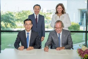 譚俊榮與香柏里莫基金會主席Leonor Beleza見證澳門衛生局與基金會簽署合作協議