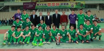 1021 圖4 譚俊榮頒發優勝盃予澳門隊。