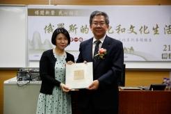 文化局局長梁曉鳴(右)致送紀念品予柳若梅教授(左)