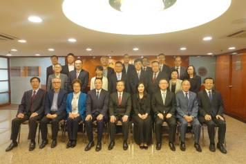 梁維特等和中華總商會舉行座談會,就施政工作交流意見。