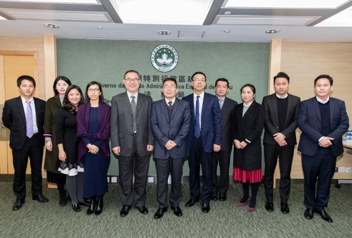 深圳市人民政府代表團在法制辦公室胡建農主任的率領下拜訪法務局,與劉德學局長、鍾頴儀副局長及主管合照。