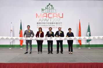 澳門特區政府社會文化司司長、葡萄牙旅遊國務秘書(中間右側)、葡萄牙旅行社協會主席(中間左側)、葡萄牙駐澳門及香港總領事以及澳