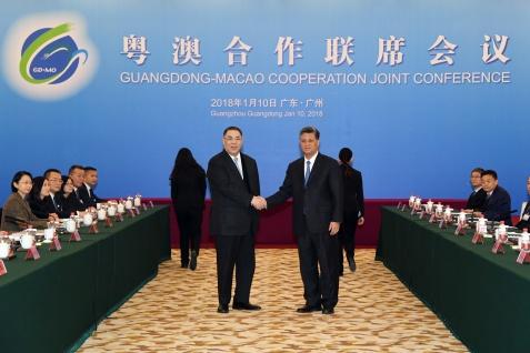 粵澳合作聯席會議在廣州舉行,行政長官崔世安與廣東省省長馬興瑞在會前親切握手。