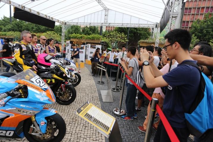 車手與賽車女郎成為市民的拍攝對象