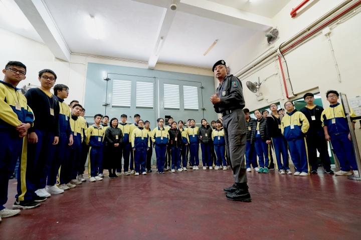 青年聚精會神聽取獄警人員介紹監獄的保安設施