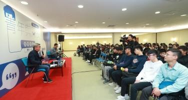 0210 圖1 潘永權局長與青年進行面談。