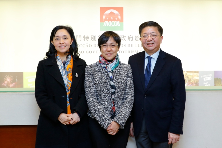 文綺華局長(中)與廣東省旅遊局局長曾穎如(左)及香港旅遊發展局總幹事劉鎮漢(右)合照