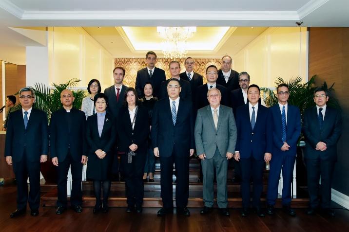 行政長官崔世安宴請本地葡文及英文傳媒負責人,宴會前與衆人合照。