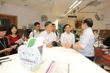 譚俊榮及衛生團隊參觀陳篤生醫院老人病房
