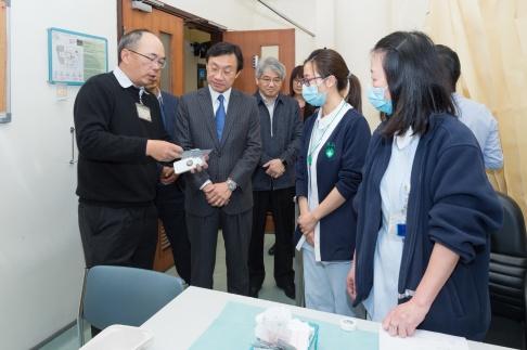 譚俊榮向醫護人員了解接種情況