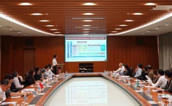譚俊榮率教育訪問團一行聽取新加坡工藝教育局介紹職業技術教育