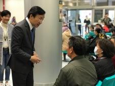 譚俊榮與居民親切交談