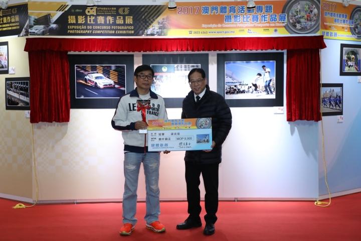 馬志信向得獎者頒發獎項