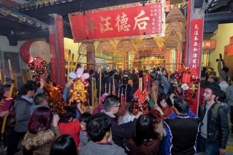善信們到媽閣廟上頭炷香是本澳農曆新年的重要傳統