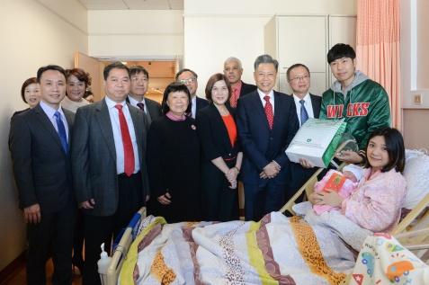 衛生局副局長、仁伯爵綜合醫院院長郭昌宇探望狗年首位在鏡湖醫院出生的嬰兒,並贈送禮物。