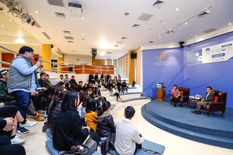 參加活動的青年大專生踴躍發言