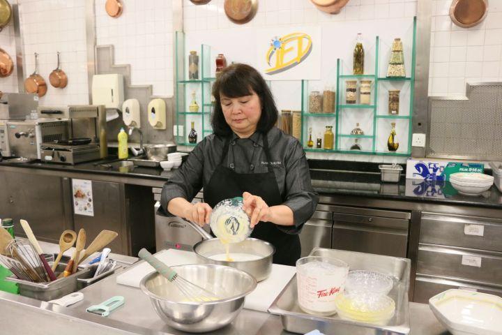 土生葡人美食聯誼會的資深土生菜廚師Florita Alves親臨學院烹調和向本澳餐飲業界示範多款經典的土生菜美饌